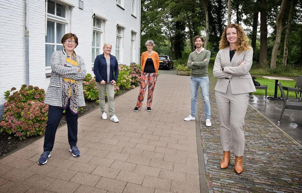V.l.n.r. Edith van den Berg. Willemijn Renes, Ineke de Groot, Jasper Hartelust, Daniëlle Laros